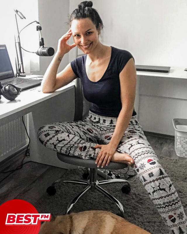 """Aki ma otthonról dolgozik az legálisan lehet egész nap a pizsamájában, ugyanis ma van a """"dolgozz pizsamában"""" nap. 😴 Ezt @bnemethdia  sem hagyhatta ki! Nektek van kedvenc pizsitek? Szívesen fogadunk képeket is! 😉 És ha otthoni munka akkor inkább felöltöztök, vagy kényelmesben vagytok egész nap? #dolgozzpizsamaban  . . . . . . #bnemethdia #pizsinap #bestfm #bestfmmagyarorszag #bestfmradio #bestradio #best #radio #music #bestmusic #90smusic #90spop #90sbest #90sretro #90sbestmusic #2000smusic #2000spop #2000sbest #2000sbestmusic"""